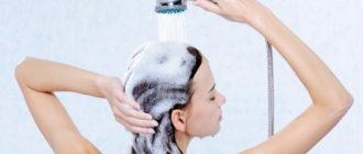 Девушка правильно моет голову шампунем