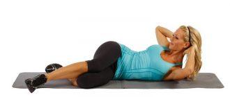 девушка делает упражнения для похудения живота и боков
