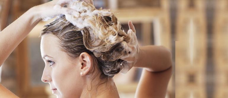 девушка наносит питательную маску для волос дома