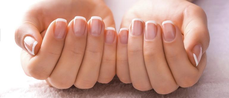 девушка отбелила ногти на руках