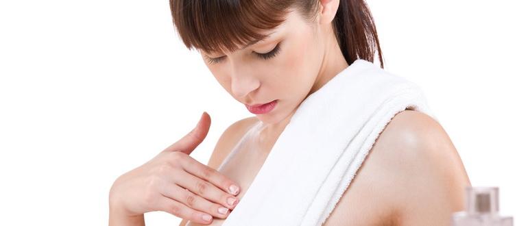 растяжки на груди у девушки