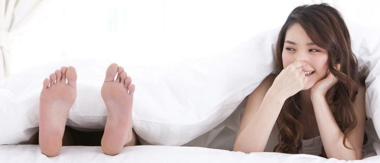 сильно потеют ноги и неприятно пахнут у девушки