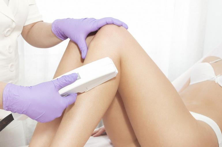 Салонная эпиляция лазером ноги девушки