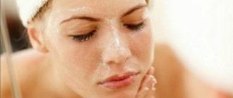 Девушка чистит лицо хлоридом кальция