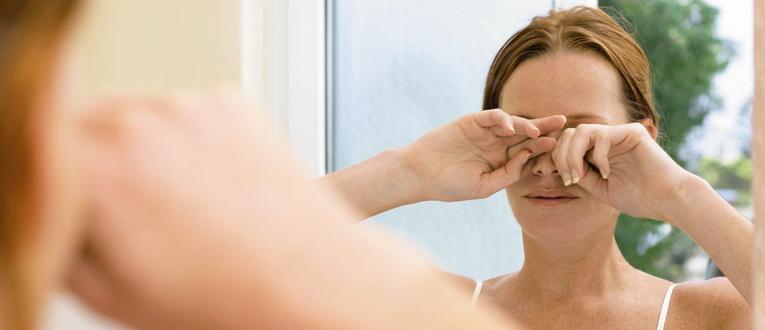 У девушки переутомление глаз