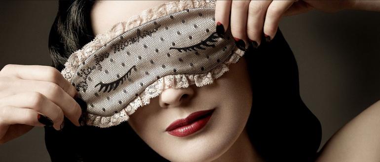 ночная маска у девушки