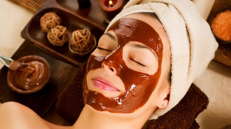 девушка делает маску для лица из какао