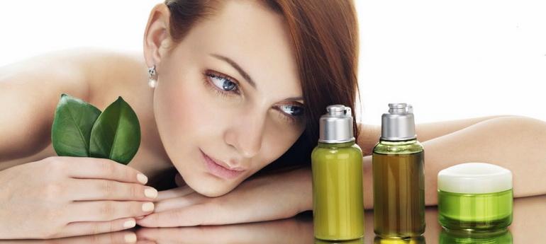 девушка смотрит на косметическое масло