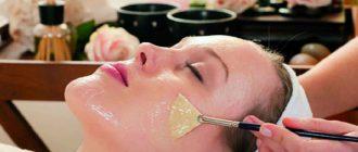 девушка делает маску с желатином против черных точек