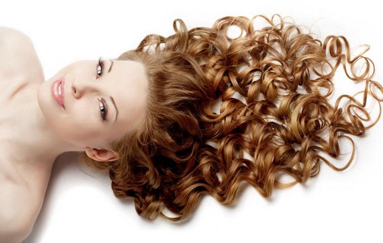 Девушка с распущенными волнистыми волосами