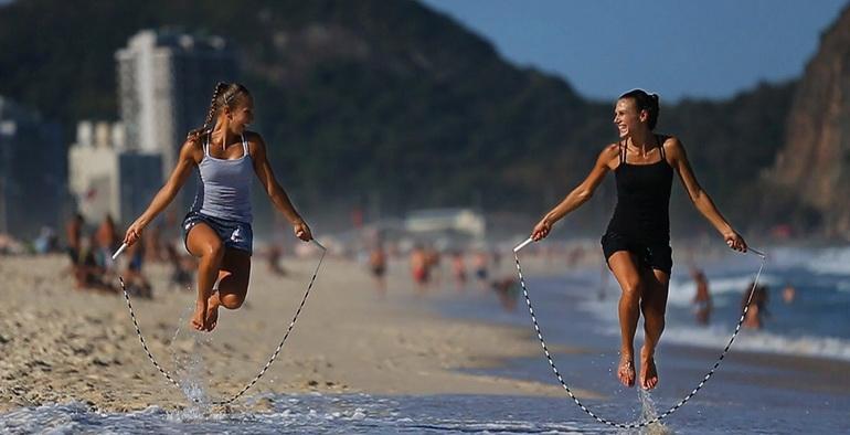 девушки прыгают на скакалках, чтобы похудеть