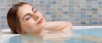 девушка принимает ванну с бишофитной солью