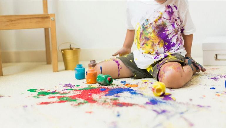 Свежие пятна краски на одежде